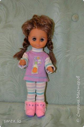 Здравствуйте мастера и мастерицы! Знакомьтесь-это куколка моего детства Настенька. Долго она пролежала в коробке на антресоли... и вот решила ее достать и отдать дочке.А чтобы понравиться новой хозяйке нужно было обновить гардероб. Платье сшито из сарафанчика дочки, который стал ей мал Туфельки из фетра. фото 6