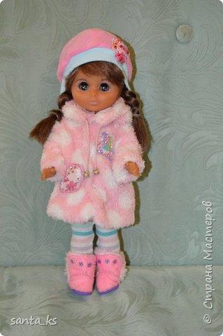 Здравствуйте мастера и мастерицы! Знакомьтесь-это куколка моего детства Настенька. Долго она пролежала в коробке на антресоли... и вот решила ее достать и отдать дочке.А чтобы понравиться новой хозяйке нужно было обновить гардероб. Платье сшито из сарафанчика дочки, который стал ей мал Туфельки из фетра. фото 7