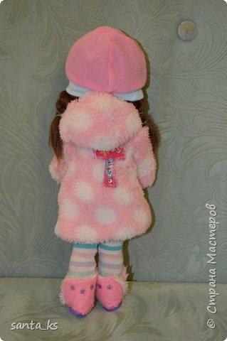 Здравствуйте мастера и мастерицы! Знакомьтесь-это куколка моего детства Настенька. Долго она пролежала в коробке на антресоли... и вот решила ее достать и отдать дочке.А чтобы понравиться новой хозяйке нужно было обновить гардероб. Платье сшито из сарафанчика дочки, который стал ей мал Туфельки из фетра. фото 9