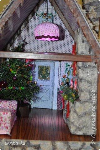 """Здравствуйте мастера и мастерицы!. Представляю вашему вниманию нашу поделку в школу к новогоднему конкурсу """" Зимний домик"""".Основа-фундамент- картонная коробка. Стены и крыша сделаны из гофрокартона и покрашены акрилом Рамы, дверь из полиграфического картона толщ. 3 мм..  фото 11"""