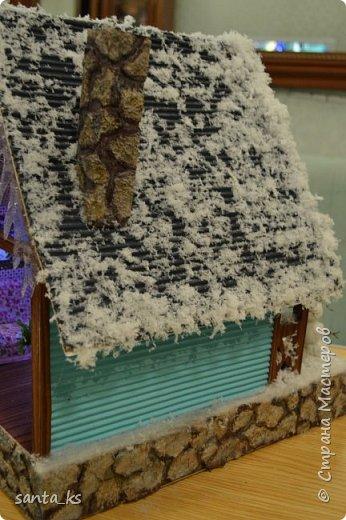 """Здравствуйте мастера и мастерицы!. Представляю вашему вниманию нашу поделку в школу к новогоднему конкурсу """" Зимний домик"""".Основа-фундамент- картонная коробка. Стены и крыша сделаны из гофрокартона и покрашены акрилом Рамы, дверь из полиграфического картона толщ. 3 мм..  фото 3"""