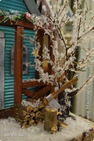 """Здравствуйте мастера и мастерицы!. Представляю вашему вниманию нашу поделку в школу к новогоднему конкурсу """" Зимний домик"""".Основа-фундамент- картонная коробка. Стены и крыша сделаны из гофрокартона и покрашены акрилом Рамы, дверь из полиграфического картона толщ. 3 мм..  фото 5"""