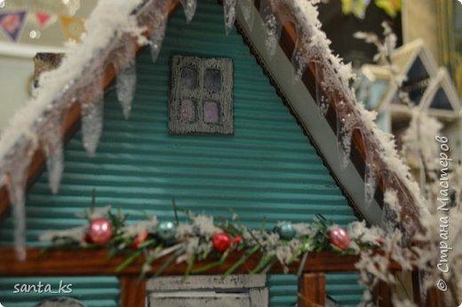 """Здравствуйте мастера и мастерицы!. Представляю вашему вниманию нашу поделку в школу к новогоднему конкурсу """" Зимний домик"""".Основа-фундамент- картонная коробка. Стены и крыша сделаны из гофрокартона и покрашены акрилом Рамы, дверь из полиграфического картона толщ. 3 мм..  фото 4"""