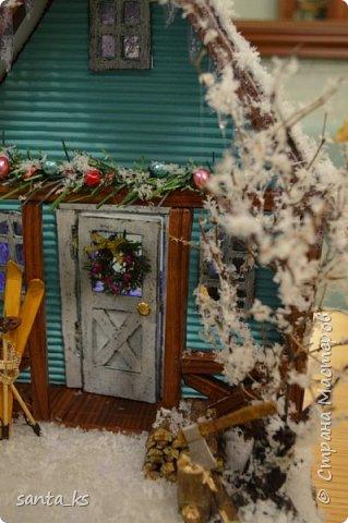 """Здравствуйте мастера и мастерицы!. Представляю вашему вниманию нашу поделку в школу к новогоднему конкурсу """" Зимний домик"""".Основа-фундамент- картонная коробка. Стены и крыша сделаны из гофрокартона и покрашены акрилом Рамы, дверь из полиграфического картона толщ. 3 мм..  фото 12"""