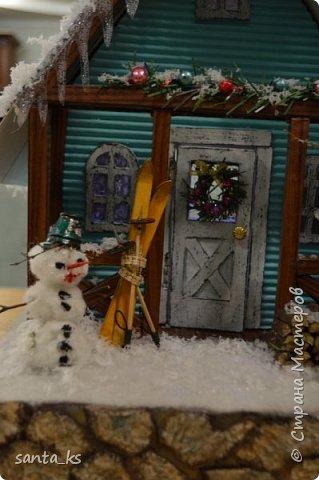 """Здравствуйте мастера и мастерицы!. Представляю вашему вниманию нашу поделку в школу к новогоднему конкурсу """" Зимний домик"""".Основа-фундамент- картонная коробка. Стены и крыша сделаны из гофрокартона и покрашены акрилом Рамы, дверь из полиграфического картона толщ. 3 мм..  фото 10"""