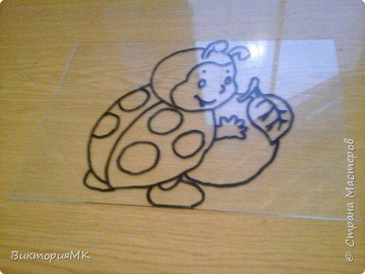 Снимаем рамку со стекла.Под стекло подкладываем картинку распечатанную на принтере(по желанию можно нарисовать самому) и обводим  перманентным маркером. фото 1