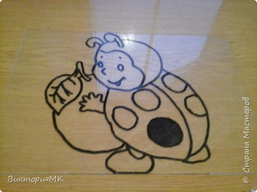 Снимаем рамку со стекла.Под стекло подкладываем картинку распечатанную на принтере(по желанию можно нарисовать самому) и обводим  перманентным маркером. фото 2