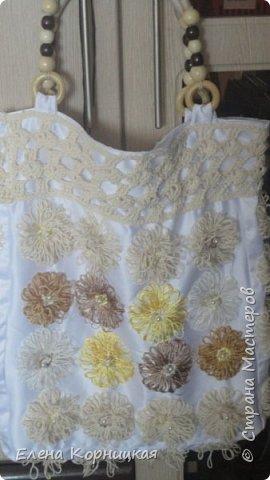 Эту сумочку я придумала для лета, когда у меня появилась лума. На ней связала цветочки, сшила сумочку и приделала ручку. фото 1
