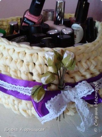 Проба пера. Ну просто совсем некуда складывать лаки. Связала корзиночку, нашила ленту с кружавчиком, воткнула цветочки и получилась прелесть. фото 1