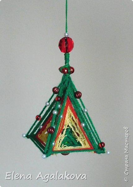 Сегодня у меня 3Д елочки, сделанные в форме пирамиды. Давно хотела попробовать их сплести... Ими тоже можно украсить елочку и дом.    фото 1