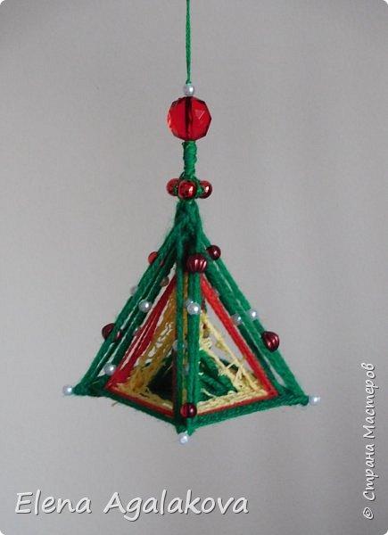 Сегодня у меня 3Д елочки, сделанные в форме пирамиды. Давно хотела попробовать их сплести... Ими тоже можно украсить елочку и дом.    фото 6