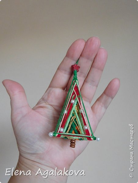 Сегодня у меня 3Д елочки, сделанные в форме пирамиды. Давно хотела попробовать их сплести... Ими тоже можно украсить елочку и дом.    фото 4
