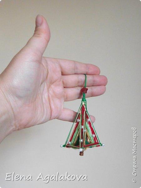 Сегодня у меня 3Д елочки, сделанные в форме пирамиды. Давно хотела попробовать их сплести... Ими тоже можно украсить елочку и дом.    фото 7