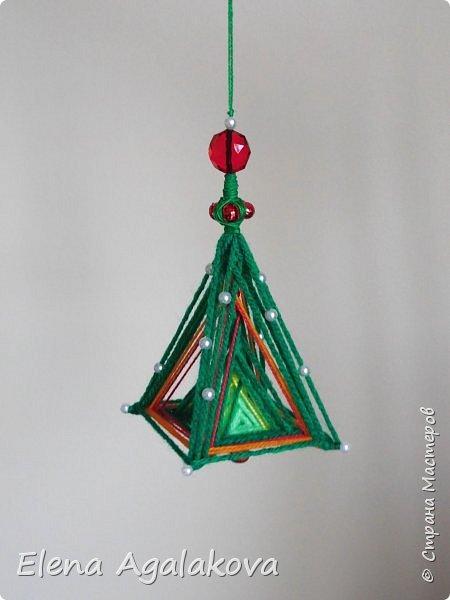 Сегодня у меня 3Д елочки, сделанные в форме пирамиды. Давно хотела попробовать их сплести... Ими тоже можно украсить елочку и дом.    фото 3