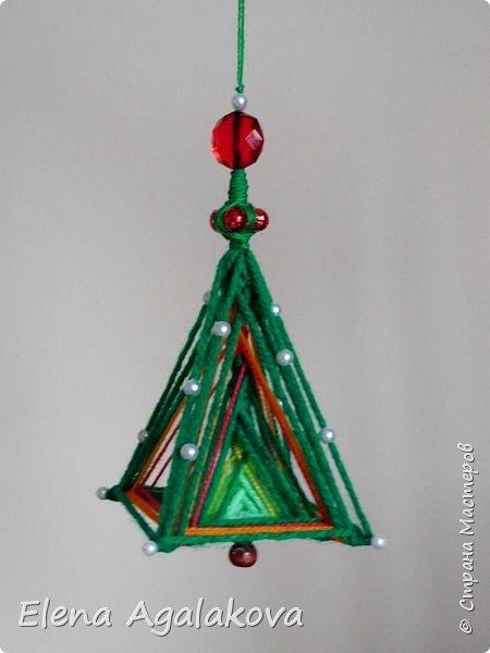 Сегодня у меня 3Д елочки, сделанные в форме пирамиды. Давно хотела попробовать их сплести... Ими тоже можно украсить елочку и дом.    фото 5