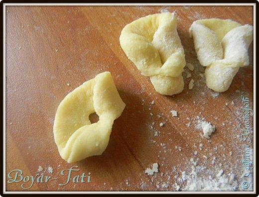 Доброго времени суток! Давненько не появлялась я с рецептами)) Хочу поделиться  простым рецептом печенюшек))   (из данного кол-ва ингредиентов получится немного печенья,лучше брать продукты в двойном размере, но на пробу можно и так)))  Ингредиенты:  Густая сметана-2 ст.л Майонез- 1 ст.л. Яйцо -1 шт. Сахар - 1 ст.л. Мука- 2 стакана. Соль,сода-на кончике ножа Сах.пудра Масло раст. для обжарки.   фото 6