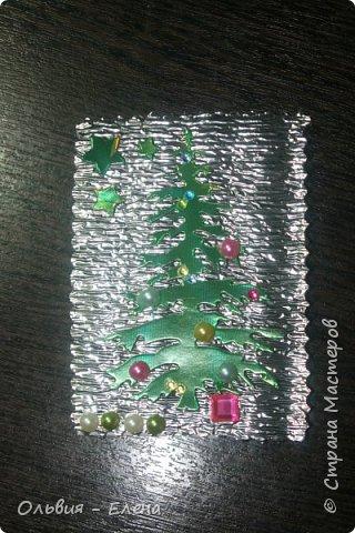 всем добрый день, вечер!!! я понимаю, что осень но у меня сегодня Новый год!!!!! несколько недель была задумка новогодней ёлочки, и наконец всё сложилось, так мне понравился перерыв между алмазной вышивкой, здорово, пока не стала фотографировать карточки, как я только не фотографировала, но карточки такие блестящие, ведь девочки прислали море камушек, вообщем передать их красоту я не смогла, как говориться кто выберет будет для него эта карточка как сюрприз фото 7