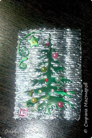 всем добрый день, вечер!!! я понимаю, что осень но у меня сегодня Новый год!!!!! несколько недель была задумка новогодней ёлочки, и наконец всё сложилось, так мне понравился перерыв между алмазной вышивкой, здорово, пока не стала фотографировать карточки, как я только не фотографировала, но карточки такие блестящие, ведь девочки прислали море камушек, вообщем передать их красоту я не смогла, как говориться кто выберет будет для него эта карточка как сюрприз фото 9