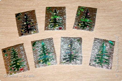 всем добрый день, вечер!!! я понимаю, что осень но у меня сегодня Новый год!!!!! несколько недель была задумка новогодней ёлочки, и наконец всё сложилось, так мне понравился перерыв между алмазной вышивкой, здорово, пока не стала фотографировать карточки, как я только не фотографировала, но карточки такие блестящие, ведь девочки прислали море камушек, вообщем передать их красоту я не смогла, как говориться кто выберет будет для него эта карточка как сюрприз фото 1