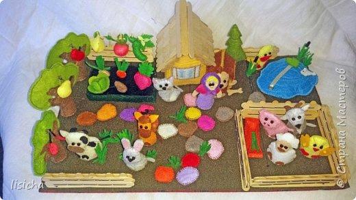 Вдохновившись развивающими книжками и приятной работой с фетром пришла идея данного конструктора на липучках. В комплекте игровая доска, набор домашних животных и овощей, а также домик, будка для собаки, пруд, деревья, забор, камни и многое другое. Данный конструктор увлечет ребенка на долго, игра с таким конструктором способствует развитию у ребенка внимания, усидчивости, пространственного мышления, координации движений, воображения и мелкой моторики рук. Данный конструктор является примером того что можно сделать, персонажи и наполнение могут быть разным, все будет зависит от  интересов Вашего ребенка. В дальнейшем есть идеи наборы по сказкам, с книжкой в комплекте. Моя дочурка (1,3) без ума от  него, выучила уже почти все животных, имитирует звуком.... Если появится желание порадовать своего ребенка, внуков или просто в подарок, с удовольствием повторю, а может вместе придумаем что то еще. фото 2