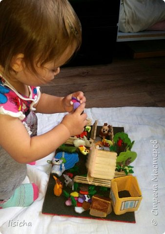 Вдохновившись развивающими книжками и приятной работой с фетром пришла идея данного конструктора на липучках. В комплекте игровая доска, набор домашних животных и овощей, а также домик, будка для собаки, пруд, деревья, забор, камни и многое другое. Данный конструктор увлечет ребенка на долго, игра с таким конструктором способствует развитию у ребенка внимания, усидчивости, пространственного мышления, координации движений, воображения и мелкой моторики рук. Данный конструктор является примером того что можно сделать, персонажи и наполнение могут быть разным, все будет зависит от  интересов Вашего ребенка. В дальнейшем есть идеи наборы по сказкам, с книжкой в комплекте. Моя дочурка (1,3) без ума от  него, выучила уже почти все животных, имитирует звуком.... Если появится желание порадовать своего ребенка, внуков или просто в подарок, с удовольствием повторю, а может вместе придумаем что то еще. фото 4