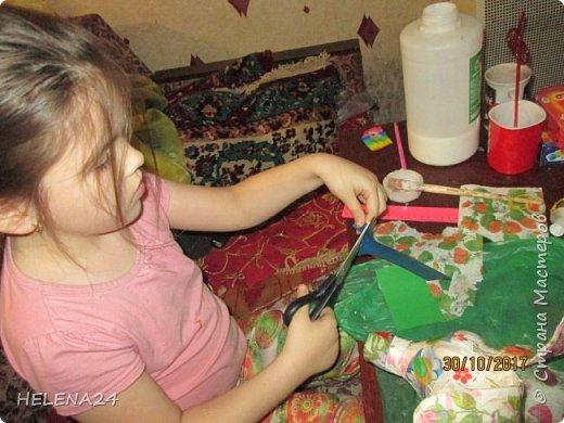 У  Катюшки каникулы,ребёнка надо занять,да сам ребёнок требует творчества.В инете ей понравилась собачка из лоскутков.Но это ж мне шить.Поэтому идею переработали,из бутылки вырезала собачку,а уж потом Катя оклеивала её лоскутками,клочками салфеток,процесс ну очень увлекательный . фото 6