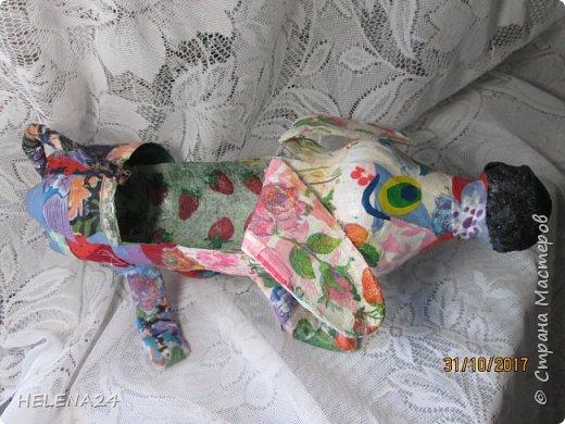 У  Катюшки каникулы,ребёнка надо занять,да сам ребёнок требует творчества.В инете ей понравилась собачка из лоскутков.Но это ж мне шить.Поэтому идею переработали,из бутылки вырезала собачку,а уж потом Катя оклеивала её лоскутками,клочками салфеток,процесс ну очень увлекательный . фото 1