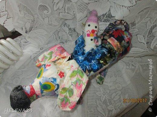 У  Катюшки каникулы,ребёнка надо занять,да сам ребёнок требует творчества.В инете ей понравилась собачка из лоскутков.Но это ж мне шить.Поэтому идею переработали,из бутылки вырезала собачку,а уж потом Катя оклеивала её лоскутками,клочками салфеток,процесс ну очень увлекательный . фото 11