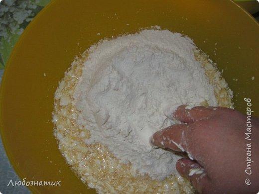 """Добрый вечер друзья и соседи! Сегодня я к вам снова с рецептом. На этот раз """"Королевская ватрушка""""  Рецепт проверен несколько раз - ВКУСНО!  Продукты:  Для теста:  200 г маргарина 1 стакан сахара 1 чайная ложка без верха разрыхлитель теста (или 0,5 ч. л.соды +1 ч. л. уксуса =гасить) соль по вкусу 5 яиц мука  Для начинки: (400 - 500) г творога 2 яйца 0,5 стакана сахара Любые свежие ягоды (смородина, клубника, малина и.т.д.) фото 7"""
