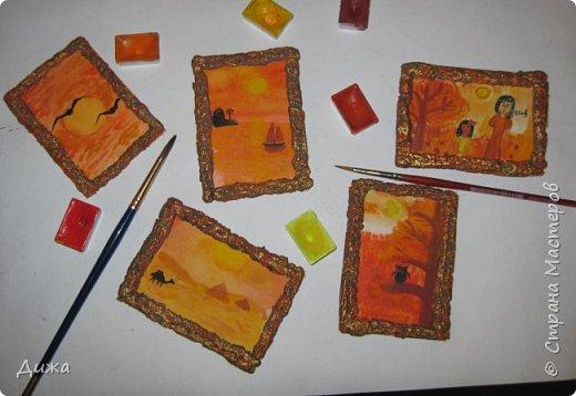 """Всем огромный приветик! Урааааааааааа, у меня каникулы начались, и я к вам с очередной серией АТС карточек """"Оранжево"""" называется.  Серия создалась благодаря моей любимой песенки """"Оранжевая песня"""". Вы знаете эту весёлую песню??? Послушайте как нибудь, сразу настроение поднимается!!!!!  Я должна АТС карточки мастерицам Элайджа https://stranamasterov.ru/user/399311 (за """"Бабочки""""), p_olya71 (Ольга) https://stranamasterov.ru/user/368861 (за """"Рыбки"""") Марии Соколовской https://stranamasterov.ru/user/346201 (за """"Гороскоп рыбы"""") и Мотюша  (Юлия) https://stranamasterov.ru/user/304978 (за """"Соловей мой"""") прошу их выбирать, если им понравиться. Если кому понравится серия, то могу сделать дополнительно, только не очень быстро получиться. Но пока я неделю дома сижу, думаю смогу :-)  Сохадзе Ирма (исполнитель) — «Оранжевая песня»  Автор текста (слов): Арканов А.  Композитор (музыка): Певзнер К.   Вот уже два дня подряд я сижу рисую Красок много у меня выбирай любую Я раскрашу целый свет В самый свой любимый цвет     фото 13"""