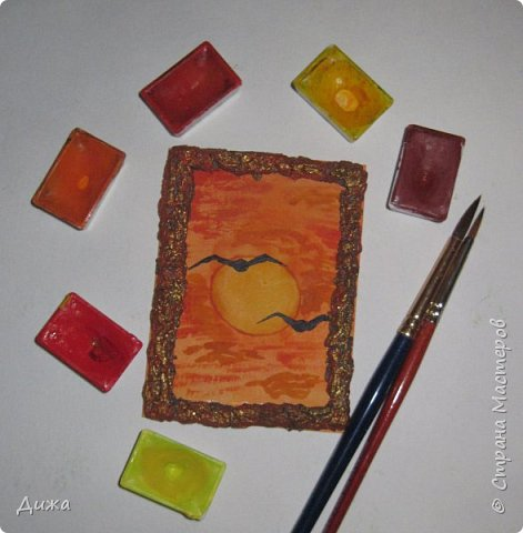 """Всем огромный приветик! Урааааааааааа, у меня каникулы начались, и я к вам с очередной серией АТС карточек """"Оранжево"""" называется.  Серия создалась благодаря моей любимой песенки """"Оранжевая песня"""". Вы знаете эту весёлую песню??? Послушайте как нибудь, сразу настроение поднимается!!!!!  Я должна АТС карточки мастерицам Элайджа http://stranamasterov.ru/user/399311 (за """"Бабочки""""), p_olya71 (Ольга) http://stranamasterov.ru/user/368861 (за """"Рыбки"""") Марии Соколовской http://stranamasterov.ru/user/346201 (за """"Гороскоп рыбы"""") и Мотюша  (Юлия) http://stranamasterov.ru/user/304978 (за """"Соловей мой"""") прошу их выбирать, если им понравиться. Если кому понравится серия, то могу сделать дополнительно, только не очень быстро получиться. Но пока я неделю дома сижу, думаю смогу :-)  Сохадзе Ирма (исполнитель) — «Оранжевая песня»  Автор текста (слов): Арканов А.  Композитор (музыка): Певзнер К.   Вот уже два дня подряд я сижу рисую Красок много у меня выбирай любую Я раскрашу целый свет В самый свой любимый цвет     фото 2"""