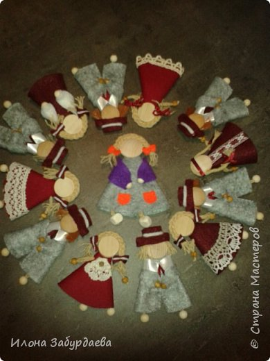 Куколки сувенирные, в национальном стиле и в цветах символики нашего техникума, на подарки иностранным гостям техникума, так как иностранные гости ценят именно ручную работу. Это малышки, которых можно пристегнуть к одежде или как брелок к сумке. фото 1