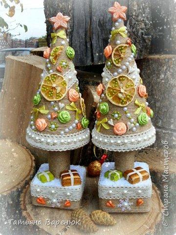 ОСЕНЬ ШЕПЧЕТ... ПОРА ГОТОВИТЬСЯ К НОВОМУ ГОДУ=)))  Вот так всегда... ещё даже листва не вся успела пожелтеть, а я начинаю чувствовать новогоднюю эйфорию=)))  И выросли у меня на днях вот такие нарядные винтажные елочки=) Конечно, запаха хвои от этих елочек не будет, но мне кажется, они прекрасно создадут праздничное новогоднее настроение...а это намного важнее. фото 4