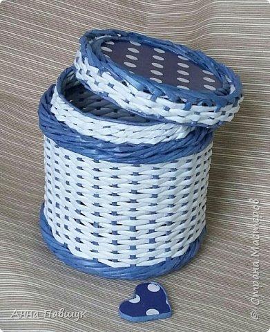 Когда я только познакомилась с плетением, крутила трубочки из офисной бумаги. Т.к. бумага плотная, то ширина полоски не большая, в результате плетения трубочки сплющиваются. Вот и плетеночки не очень получаются... Пока в закромах накопилось старых трубочек, а руки время от времени тянутся к ним, то плету из того, что есть... Тут просто смешала в кучу трубочки похожих оттенков и просто плела пока они не закончились ))) фото 6