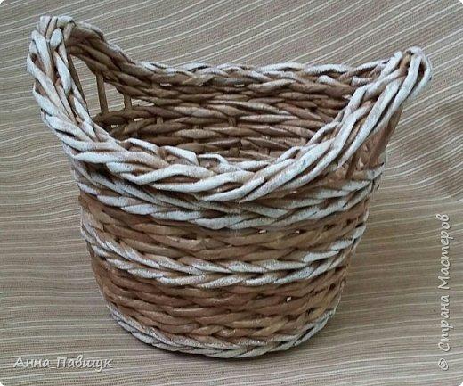 Когда я только познакомилась с плетением, крутила трубочки из офисной бумаги. Т.к. бумага плотная, то ширина полоски не большая, в результате плетения трубочки сплющиваются. Вот и плетеночки не очень получаются... Пока в закромах накопилось старых трубочек, а руки время от времени тянутся к ним, то плету из того, что есть... Тут просто смешала в кучу трубочки похожих оттенков и просто плела пока они не закончились ))) фото 10