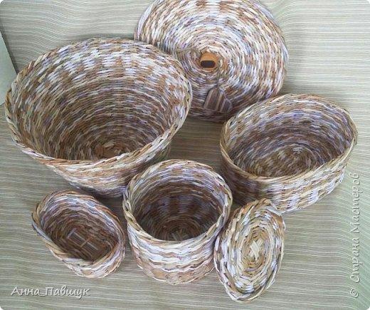 Когда я только познакомилась с плетением, крутила трубочки из офисной бумаги. Т.к. бумага плотная, то ширина полоски не большая, в результате плетения трубочки сплющиваются. Вот и плетеночки не очень получаются... Пока в закромах накопилось старых трубочек, а руки время от времени тянутся к ним, то плету из того, что есть... Тут просто смешала в кучу трубочки похожих оттенков и просто плела пока они не закончились ))) фото 12