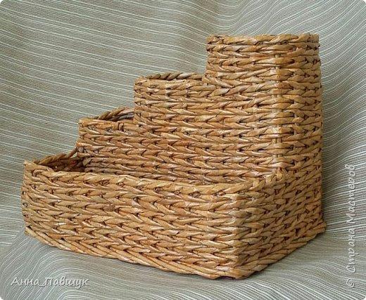 Когда я только познакомилась с плетением, крутила трубочки из офисной бумаги. Т.к. бумага плотная, то ширина полоски не большая, в результате плетения трубочки сплющиваются. Вот и плетеночки не очень получаются... Пока в закромах накопилось старых трубочек, а руки время от времени тянутся к ним, то плету из того, что есть... Тут просто смешала в кучу трубочки похожих оттенков и просто плела пока они не закончились ))) фото 5
