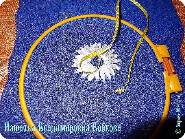 Мастер-класс  по изготовлению  картины  «Романтическая ромашка»  из атласных лент. фото 18