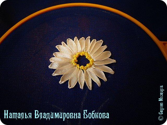Мастер-класс  по изготовлению  картины  «Романтическая ромашка»  из атласных лент. фото 19
