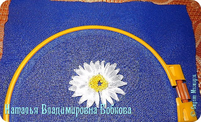 Мастер-класс  по изготовлению  картины  «Романтическая ромашка»  из атласных лент. фото 20