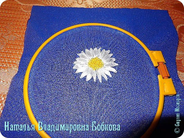 Мастер-класс  по изготовлению  картины  «Романтическая ромашка»  из атласных лент. фото 21