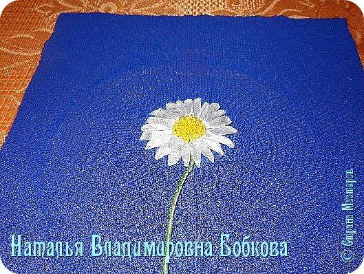Мастер-класс  по изготовлению  картины  «Романтическая ромашка»  из атласных лент. фото 23