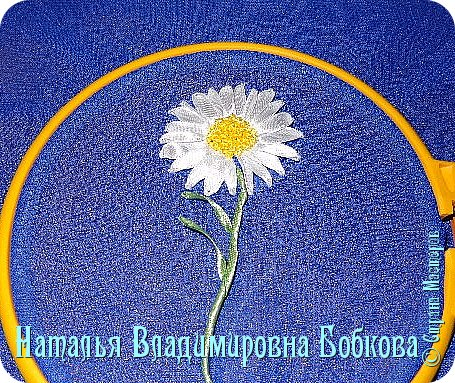 Мастер-класс  по изготовлению  картины  «Романтическая ромашка»  из атласных лент. фото 24