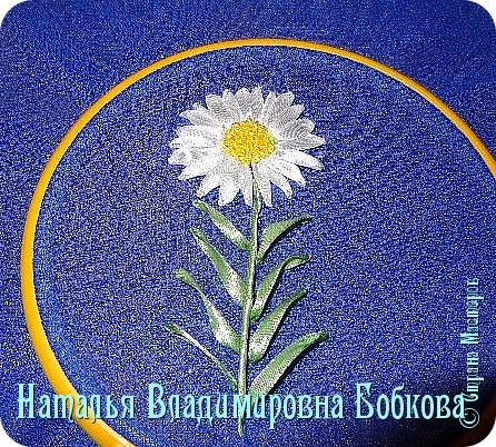 Мастер-класс  по изготовлению  картины  «Романтическая ромашка»  из атласных лент. фото 25