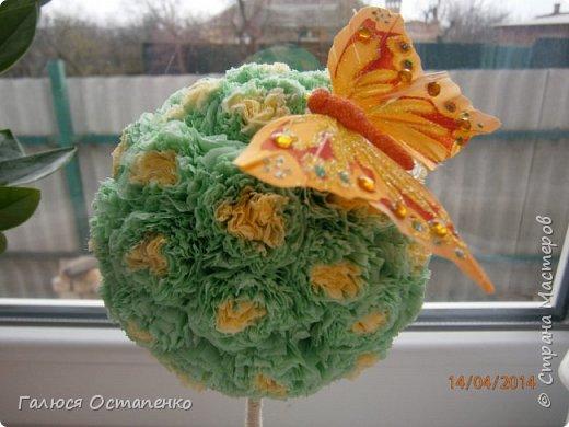 Крона сделана из салфеток зелённого и жёлтого цвета фото 2
