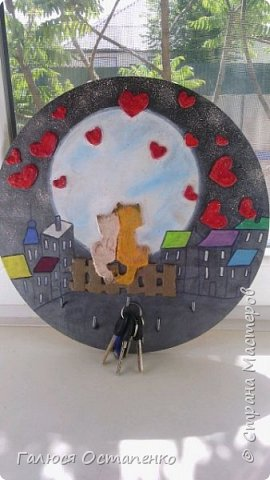 Основа ключницы-фанера.Коты,забор сделаны из картона,а  сердечки сделаны из салфеток скрученных в жгутики.Дома,луна разрисованы акриловыми красками.