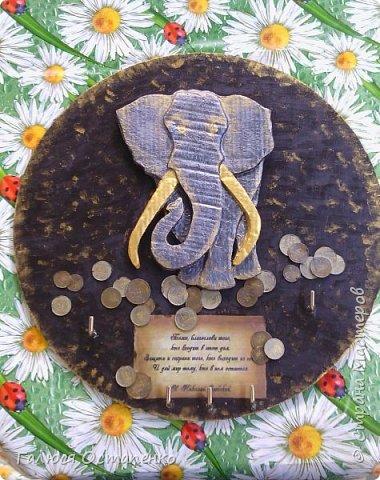 За основу взяла фанеру.Слон сделан из картона ( моя ошибка в том,что я взяла слишком толстый картон).Хочу уточнить почему ошибка в толстом картоне-потому,что очень сложно вырезать.Лучше взять тоньше,но сделать много слоёв.