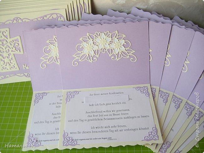 Здравствуйте! Рада всем, кто заглянул сегодня ко мне в гости.  Сегодня покажу открытки - пригласительные. Работа ночная, поэтому и фотографии.... извините не очень. Цвет бумаги сиреневый, очень красивый цвет.  Пригласительные для моей старшей внучки, ей 14 лет и этот праздник, важный день в её жизни. Приглашение для каждой семьи наших родственников. Справа - открытки, слева - конверты для открыток. фото 2