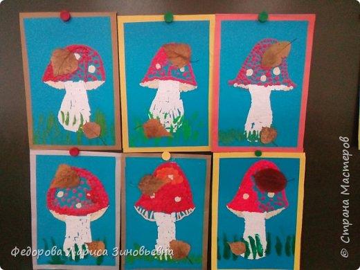 """Добрый вечер!Наконец мы доделали наши грибы с учениками 1 класса на кружке """"Умелые ручки"""". работа была большая, много техник мы использовали. Здесь и мозаика из бумаги, и пластилин. и засушенные листья. Ребятам очень понравилисб их грибы. Правда не всем хватило пластилина сделать мухоморы.Но все равно все были довольны.  фото 1"""