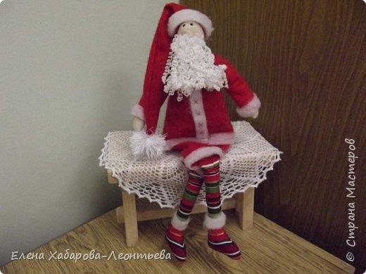 Доброго дня всем! Представляю работы своих учениц разного возраста, посвященные любимому празднику - Новому году. Это работа восьмиклассницы - Дедушка Мороз. а точнее, Санта Клаус. Так уж она захотела. фото 1